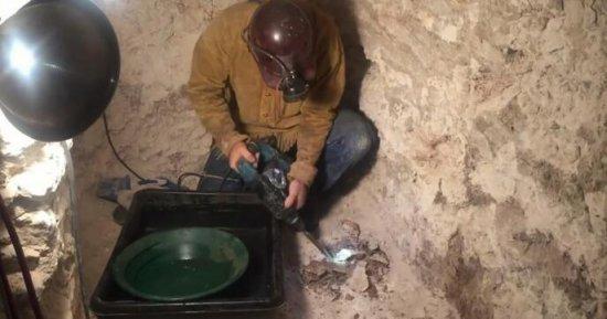 男子效仿《我的世界》挖隧道挖出真的金矿