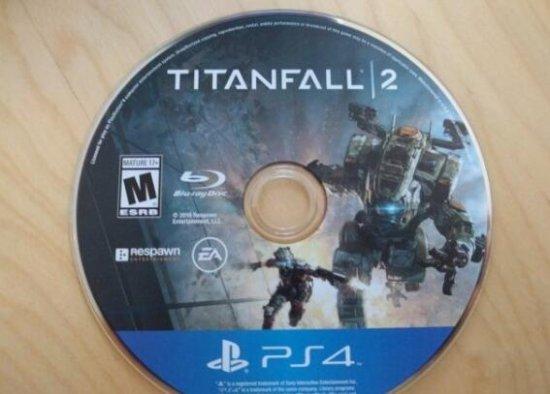 《泰坦陨落2》制作人发图展示PS4光盘盘面